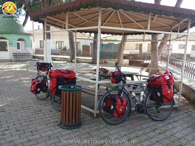 وقت ناهار در حیاط مسجد