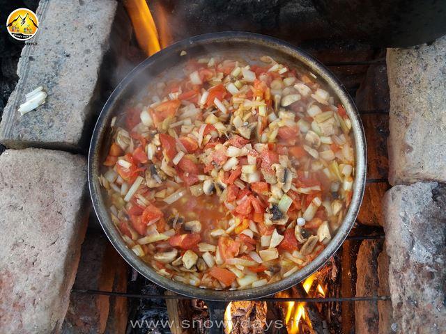 کنگر و گوجه فرنگی و پیاز و قارچ یه غذا خوشمزه گیاهی
